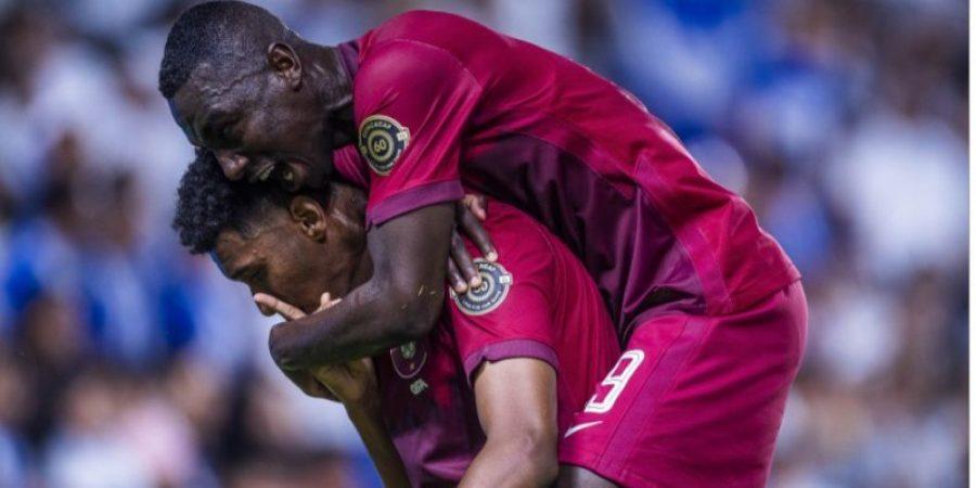 فرحة لاعبي قطر بالهدف الأول في المباراة