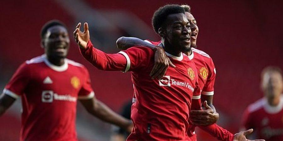 فرحة لاعبي مانشستر يونايتد بعد تسجيل الهدف الثاني