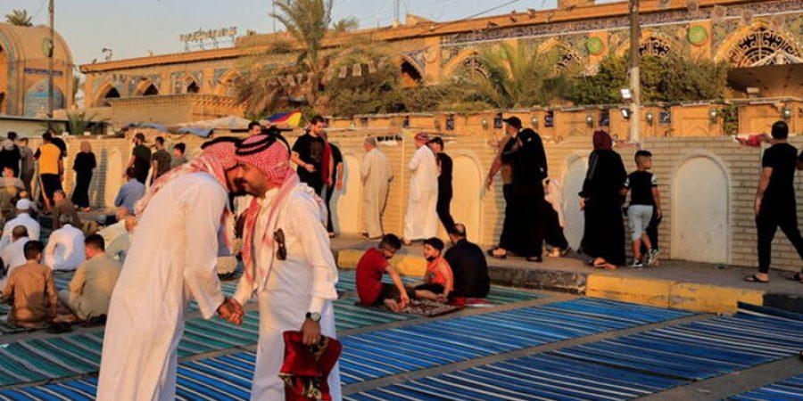 المصلون العراقيون يهنئون بعضهم بعيد الأضحى بعد صلاة العيد