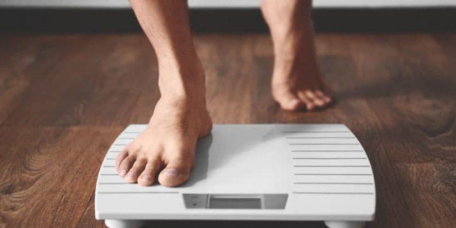 عندما تقف على الميزان فإنه في الواقع يقيس الجاذبية بينك وبين الأرض ويعطيك نتيجة وزنك بالكيلوغرامات.