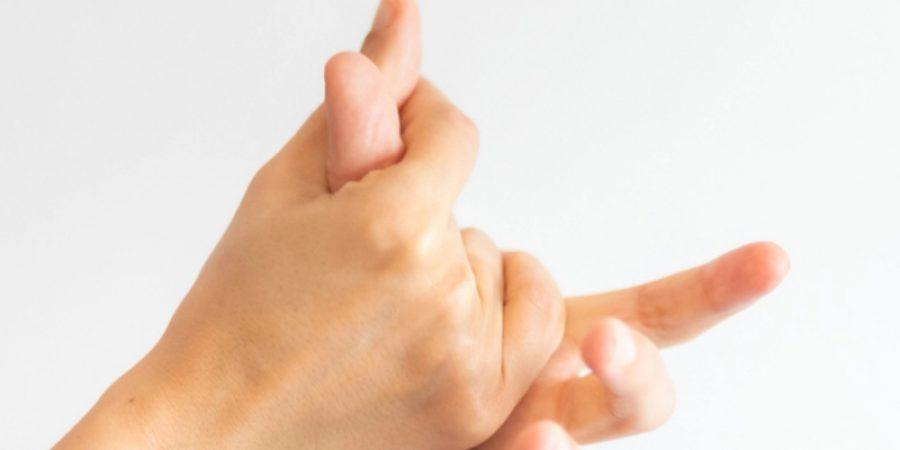 تقوم بالعصر على يديك قلقًا، يمكنك مساعدة نفسك لتخفيف التوتر على الفور باستخدام يديك نفسهما.