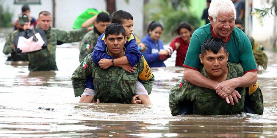 أفراد من الجيش المكسيكي ينقذون الأشخاص الذين حوصروا في منازل غمرتها المياه بعد هطول أمطار غزيرة في تلاكيباك
