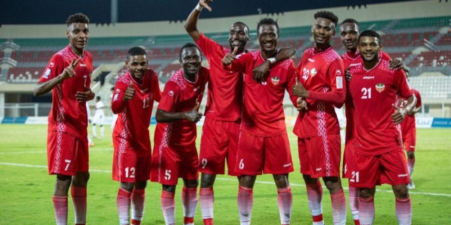 فرحة لاعبي المصنعة بعد الفوز على نادي عمان